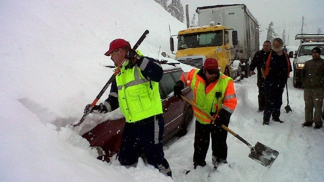 Vehicles rescued from slide on Santiam Pass | KIMA
